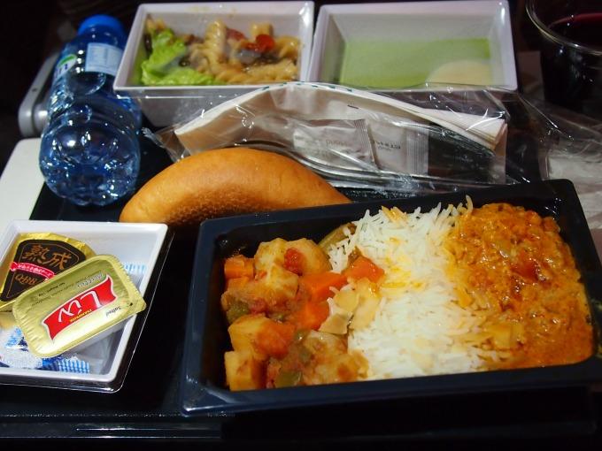 主菜:チキンサルーナ(右)、バスマティライス、アラビア風野菜のキャセロール