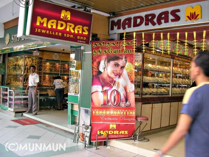 マスジッドインディアの宝石店前。 ラミヤー・クリシュナンがすてきっ