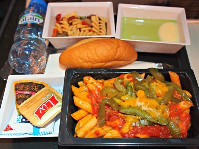 主菜:ペンネパスタ スパイシートマトソース、ピーマンの細切り、パルメザンチーズ