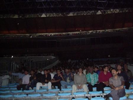 開演前の客席。3~4万人?